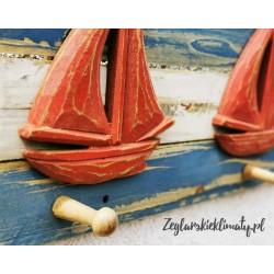 WIESZAK drewniany - czerwone żaglówki